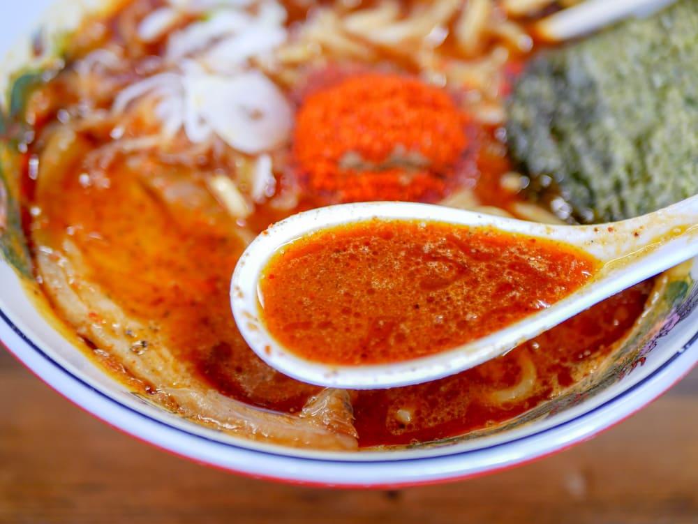 魚雷東バイパス店の濃厚辛そばのスープ