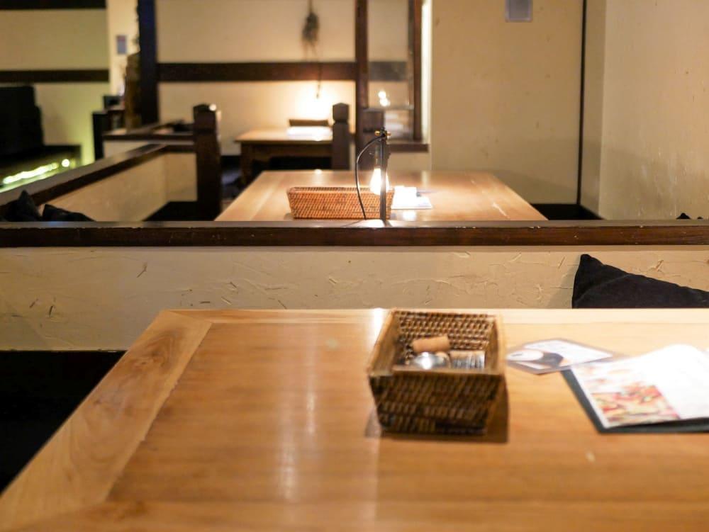 茶蔵店内の大きなテーブル