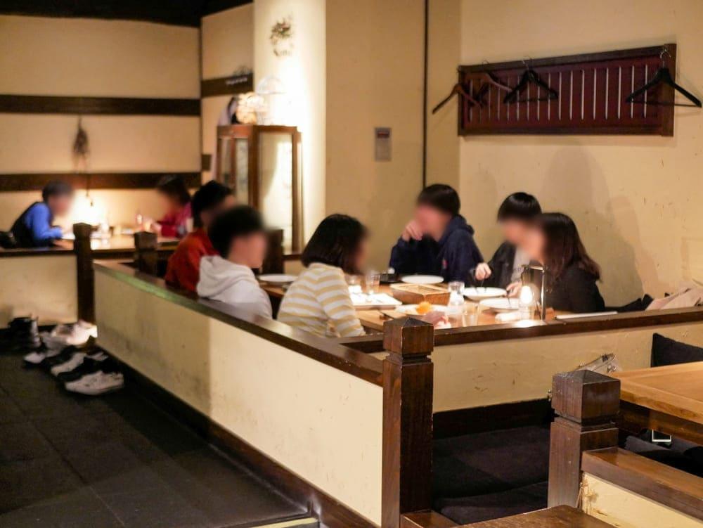 茶蔵店内で楽しむグループのお客さん