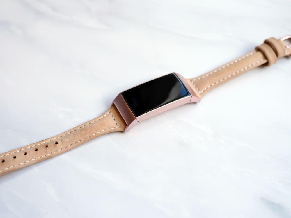 Fitbitの本革ベルト装着写真
