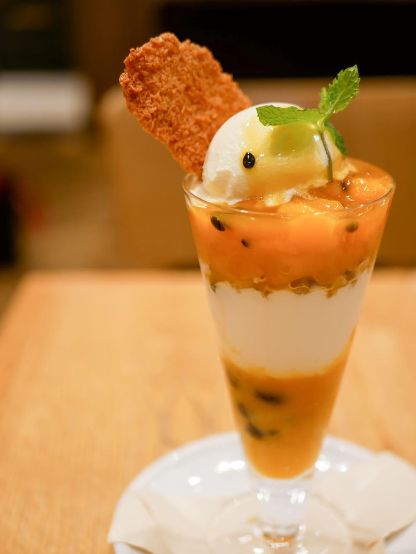 マンゴーとパッションフルーツのタピオカヨーグルトパフェ