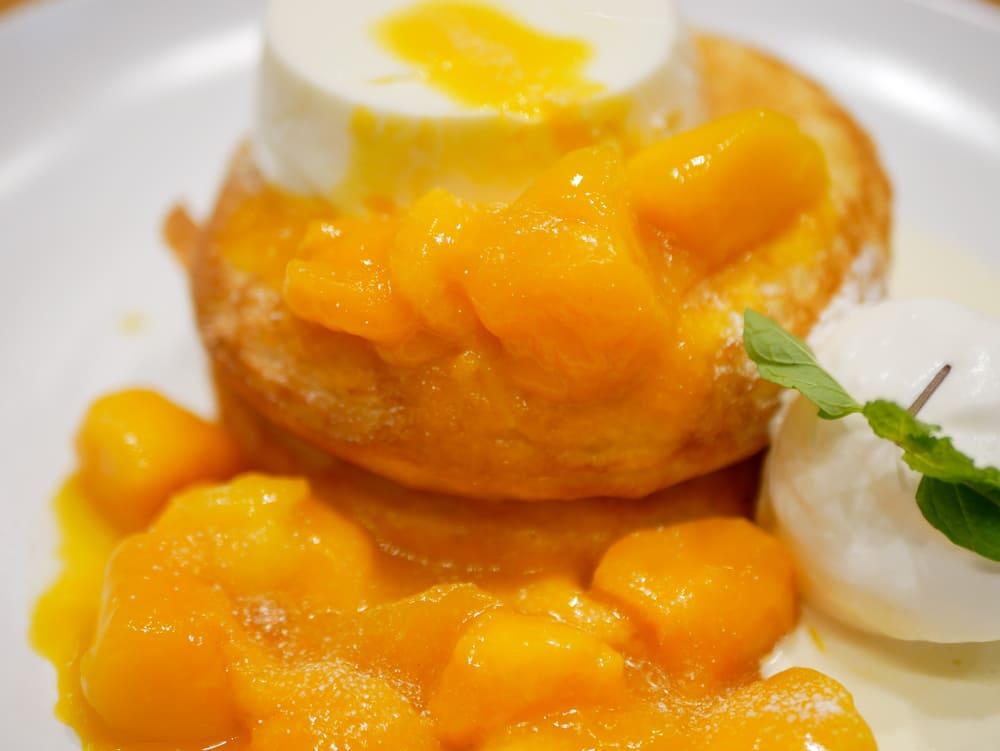 マンゴーとクリーミー杏仁豆腐のパンケーキ